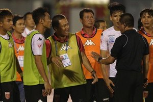 Strange match in Vietnam: the goalkeeper caught penalty back and tumbled over the opponent