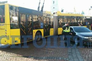 In Kiew Passagiere des Oberleitungsbusses aussortiert