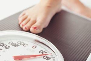 Канадский психолог Лиз Бурбо подробно объясняет причины лишнего веса