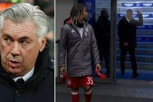 """Тренера """"Баварии"""" наказали за неприличный жест, показанный плевавшим в него фанатам"""