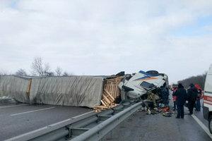 Огромный грузовик заблокировал трассу Киев-Харьков