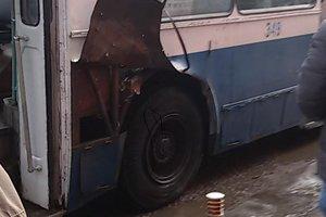 В Черкассах у троллейбуса взорвалось колесо