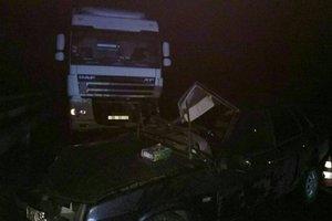 В Харькове грузовик смял легковушку