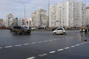 В Киеве на Позняках столкнулись два авто