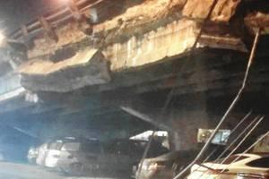 Обрушения моста на Шулявке в Киеве: огромная груда бетона нависла над проезжей частью