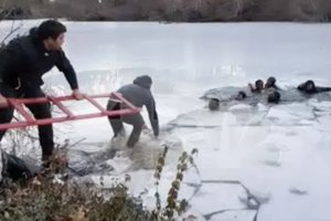 Туристки запечатлели на видео провалившихся под лед подростков