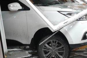 I Shepetovka berusad förare på SUV flög in i macken