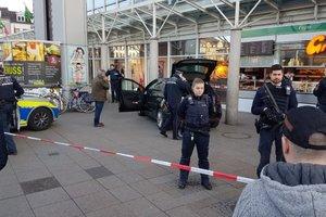 В Германии вооруженный водитель въехал в толпу, есть пострадавшие