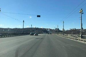 La démocratie de la circulation routière: sur le pont Paton à Kiev a disparu du marquage routier