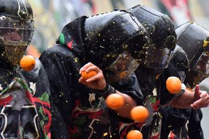 Корки гнева: в Италии устроили апельсиновую битву