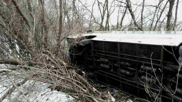 НаДонбассе перевернулся автобус сдесятками пассажиров