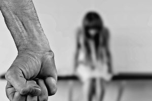 В Одесской области изнасиловали и ограбили девушку