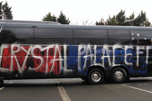 Английские болельщики по ошибке изуродовали автобус своей команды
