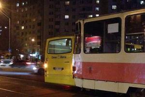 В Киеве не разминулись трамвай и маршрутка