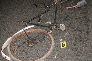 На Прикарпатье один автомобиль сбил велосипедиста, а второй – переехал насмерть