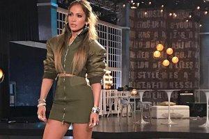 Модная битва: Дженнифер Лопес и Дженнифер Энистон носят одинаковые платья с глубоким вырезом