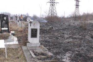 На Прикарпатье из-за сухой травы горело кладбище и  свалка