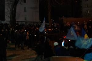 Активисты заблокировали все выходы из здания суда, в котором находится Насиров