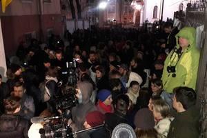 Насиров остается в здании суда, активисты продолжают блокировать здание