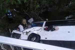 В Панаме автобус упал с моста: много погибших и пострадавших
