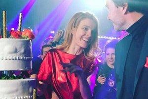 Супермодель Наталья Водянова в откровенном мини отметила день рождения в парижском кабаре