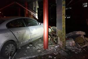 В Киеве автомобиль вылетел на тротуар и снес остановку общественного транспорта