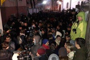 Десятки активистов продолжают блокировать выезды с территории суда, где возобновлено рассмотрение дела Насирова