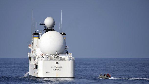 Корабль ВМС США изменил курс из-за приближения иранских катеров