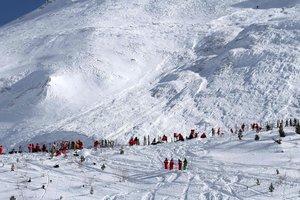 Сход лавины во Французских Альпах: искать людей мешает плохая погода