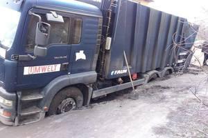 В Черкассах мусоровоз провалился под асфальт