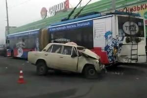 В Киеве ВАЗ врезался в троллейбус