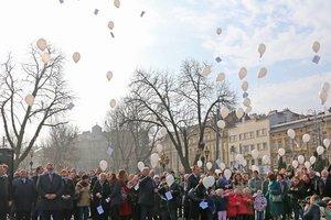 Во Львове в небо запустили воздушные шары с отрывками из стихов Тараса Шевченко