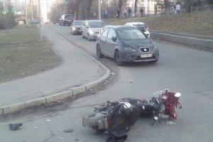"""В Киеве """"БМВ"""" ударил мотоциклиста и скрылся"""
