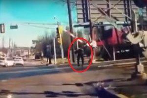 Мужчина спас 89-летнюю женщину, вышедшую на рельсы