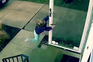 Видеохит: четырехлетнюю девочку унесло порывом ветра