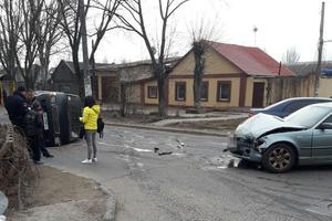В Одессе не разминулись две иномарки, одна перевернулась