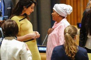 Беременная Амаль Клуни в желтом наряде выступила с речью в ООН