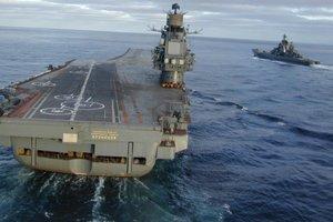 """В РФ рассказали, почему при посадке на авианосец """"Адмирал Кузнецов"""" затонули два истребителя"""
