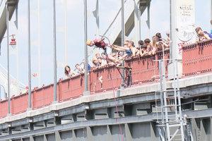 Киевлянин помог спасателям снять неадекватного мужчину с Пешеходного моста