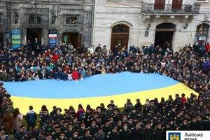 В центре Львова сотни людей спели  Гимн Украины