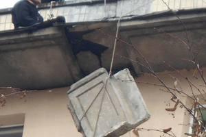 В Киеве спасатели сняли с крыши дома опасную плиту