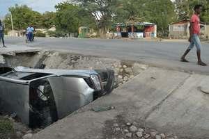 Число жертв столкновения автобуса с толпой людей на Гаити возросло