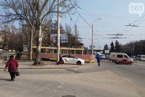 """В Запорожье """"Таврия"""" врезалась в трамвай"""