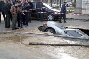 """Украинские дороги: что делает """"Укравтодор"""" для борьбы с ямами"""