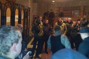 В Луцке десятки людей захватили ОГА с требованием освободить задержанных блокадчиков