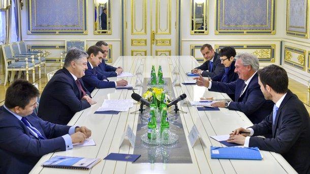 Порошенко предложил на100% остановить транспортное сообщение сДонбассом