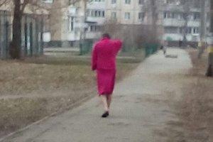 По Киеву гуляет мужчина в малиновом банном халате