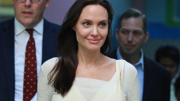 Анджелина Джоли провела лекцию для студентов ипосетила Букингемский дворец