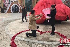 Житель Китая сделал предложение своей девушке, подарив ей камень весом 33 тонны