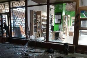 ДТП во Львове: водитель разнес витрины супермаркета и аптеки